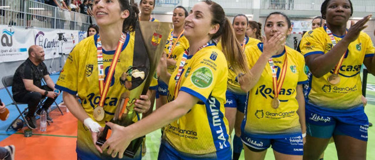 Carmen Toscano y Melania Falcón muestran orgullosas el título de la Liga Guerreras Iberdrola.