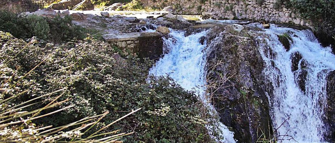 Cascada de agua y depósito en el Molinar de Alcoy.   JUANI RUZ