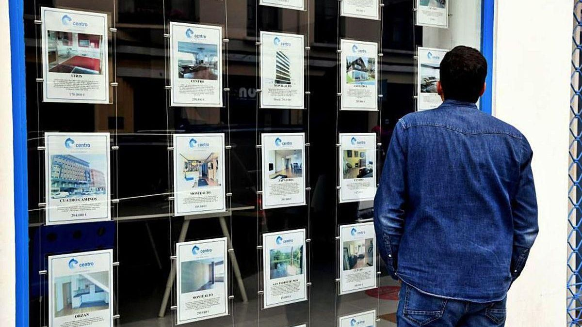 Un hombre observa las ofertas de viviendas en una inmobiliaria de A Coruña.