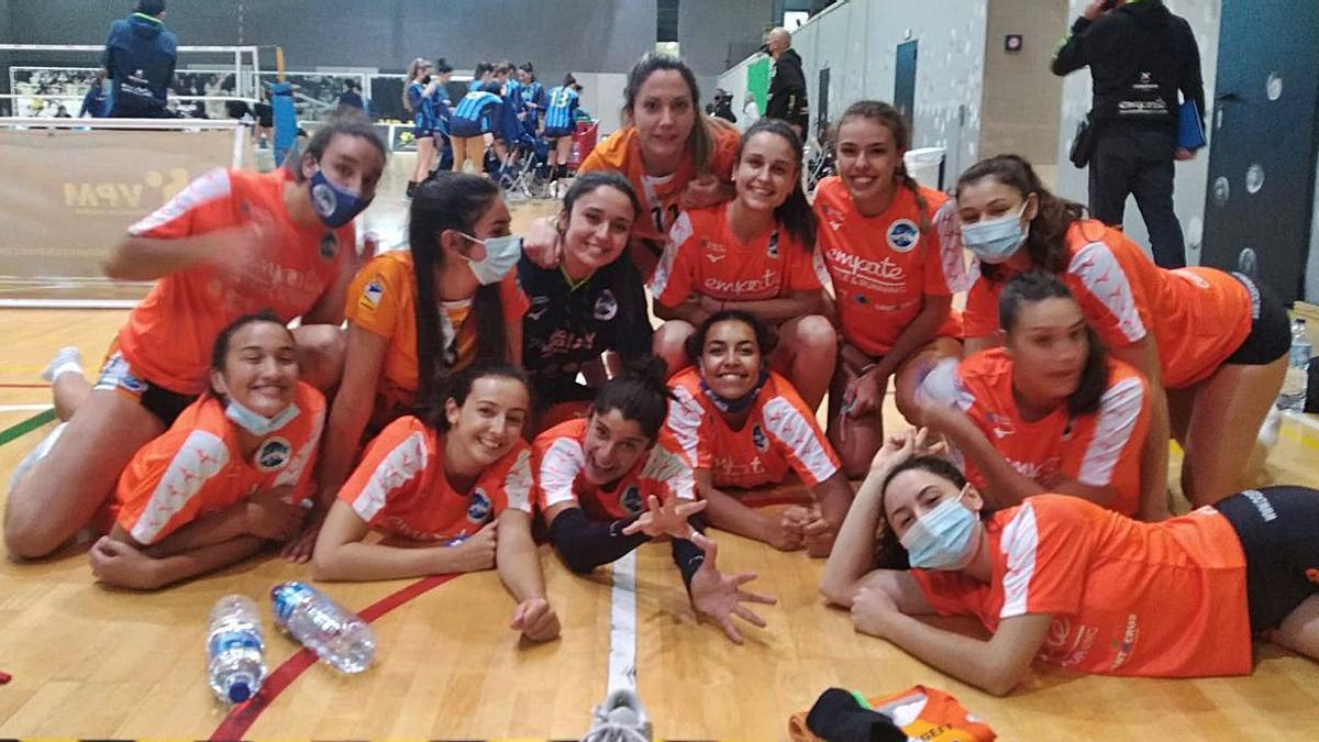 Las jugadoras del CV Cuesta Piedra celebran su victoria de ayer por la tarde.     E.D.
