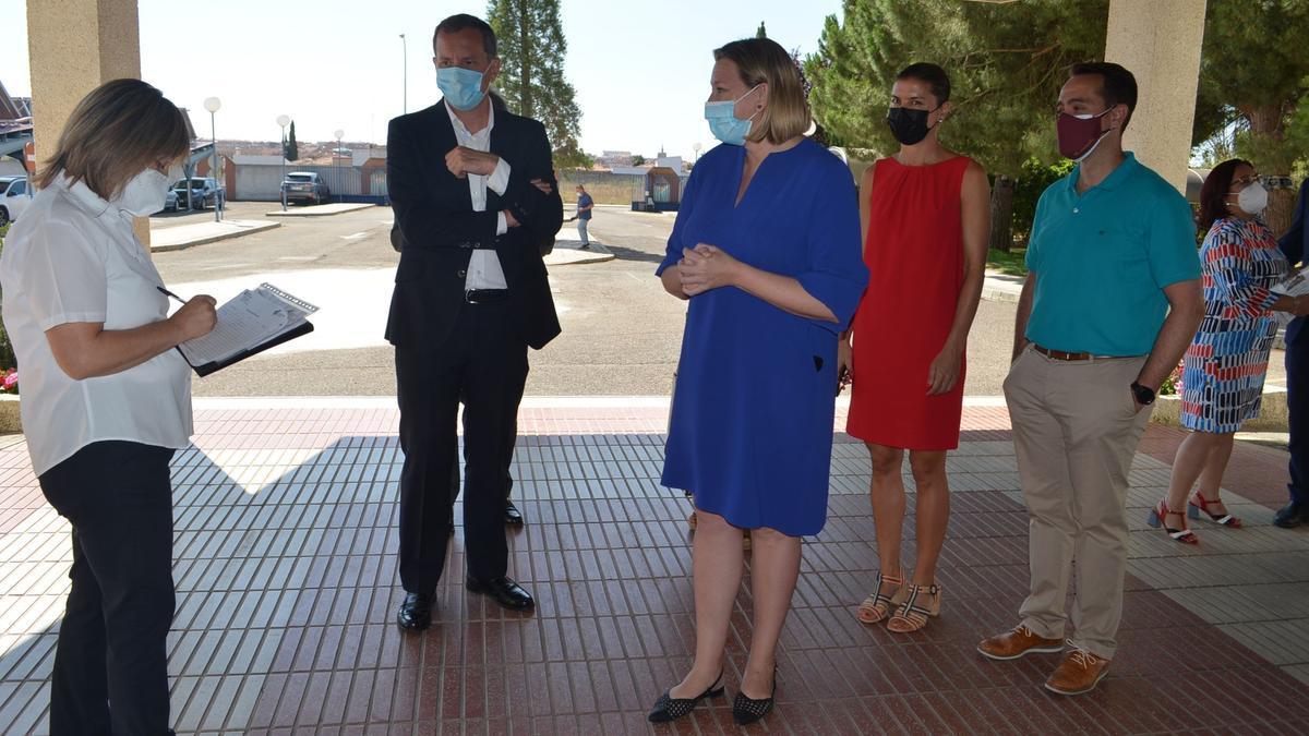La consejera de Familia e Igualdad de Oportunidades, Isabel Blanco, (en el centro) en el acceso a la Residencia Mixta de Benavente.