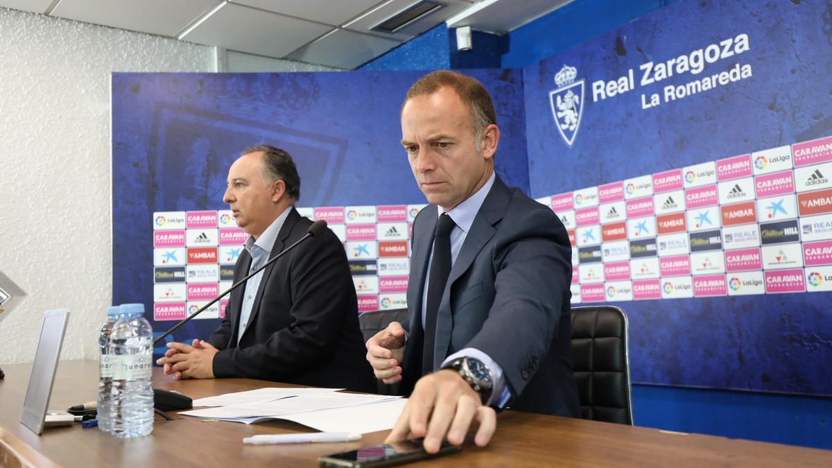 El presidente Christian Lapetra, junto al director de comunicación, Miguel Gay, en la sala de prensa de La Romareda.