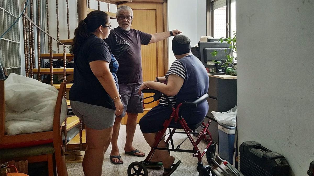 Mari y su familia, la semana pasada junto al patio en el que esperan instalar el ascensor.