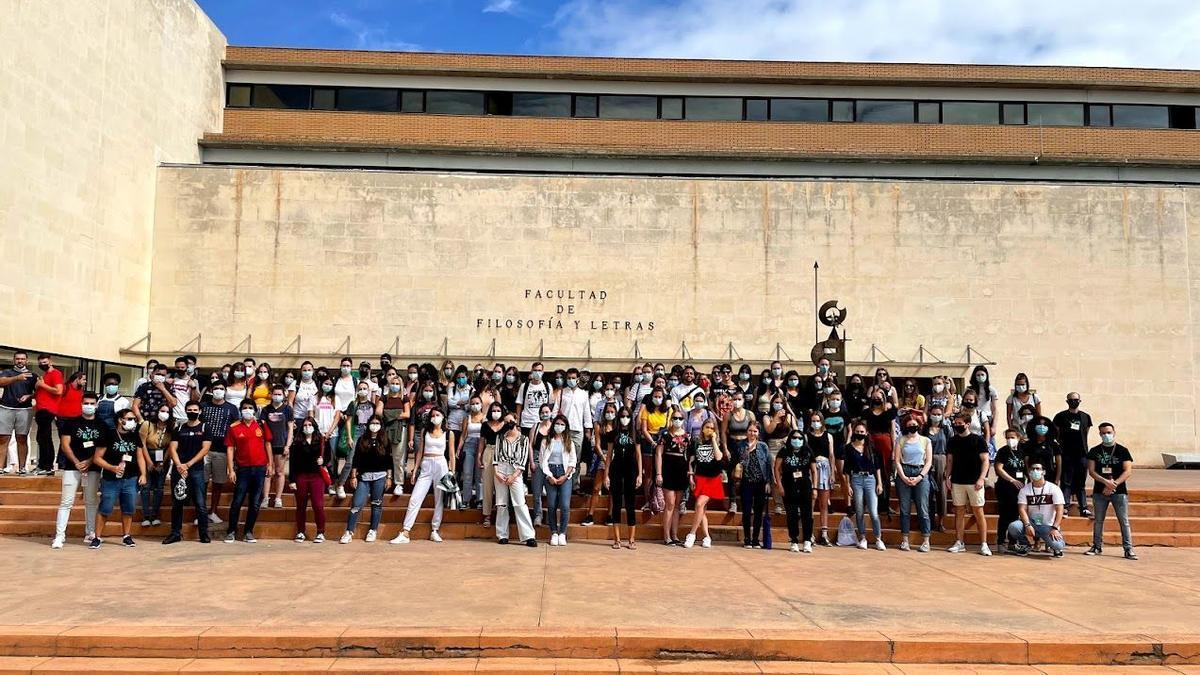 Los alumnos internacionales posando, ayer,  a las puertas de la Facultad de Filosofía y Letras, en Cáceres.