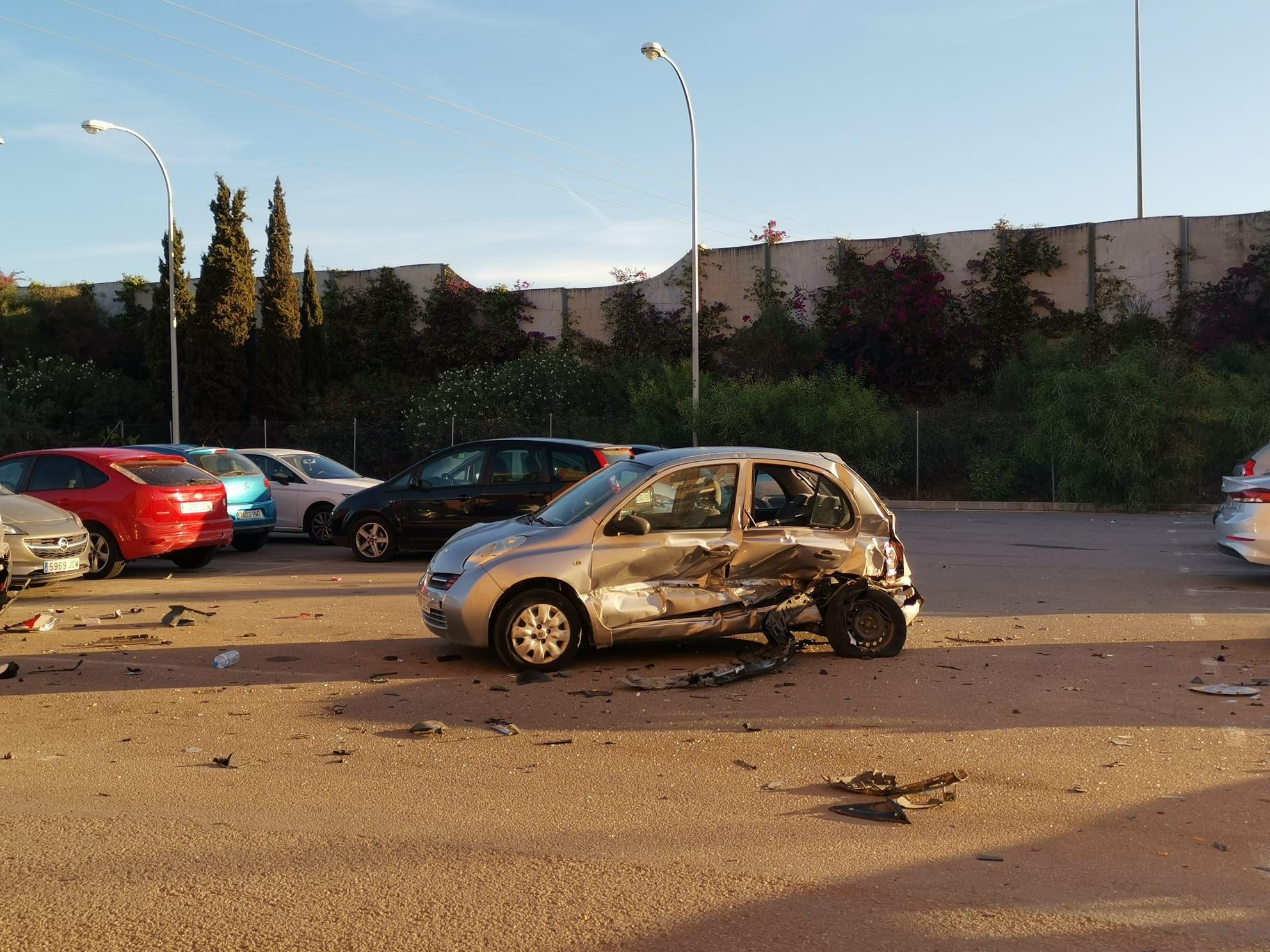 Tres hombres se escapan tras destrozar tres vehículos con su coche en Son Oliva
