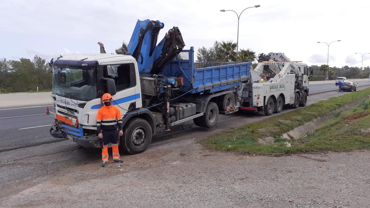 Un vehículo de Grúas Ibiza retira el camión accidentado.