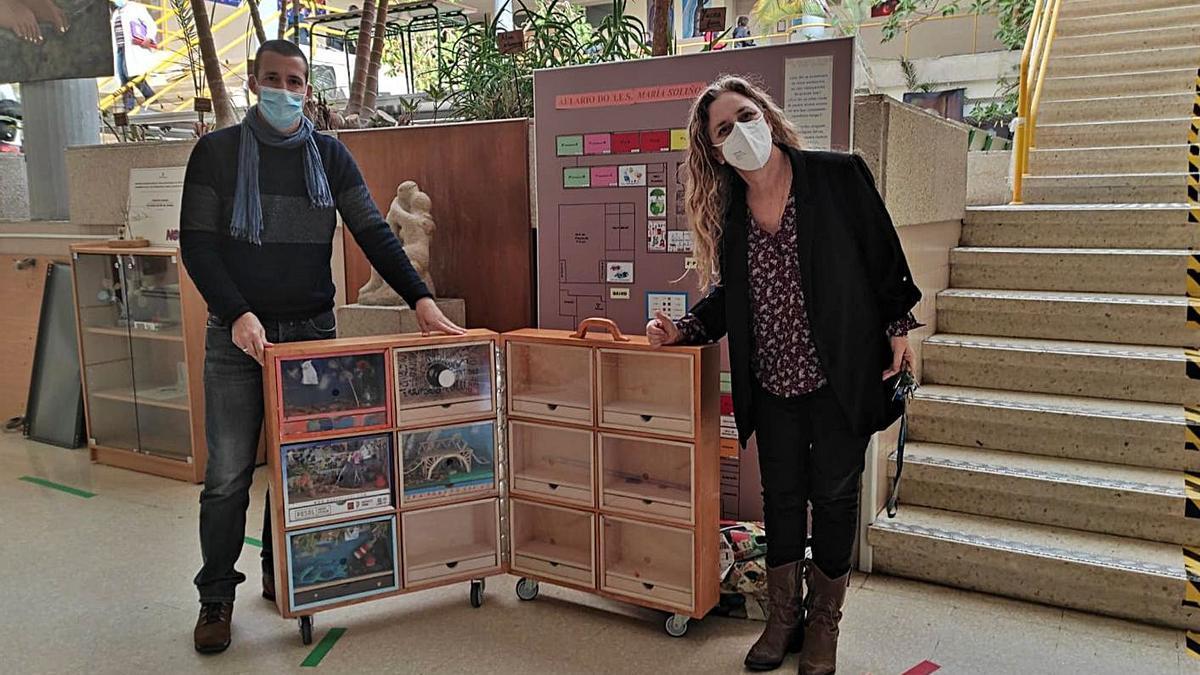 Roberto Brañas y Luz Beloso, con la maleta del Museo Thyssen en el Insatituto María Soliño.   | // FDV