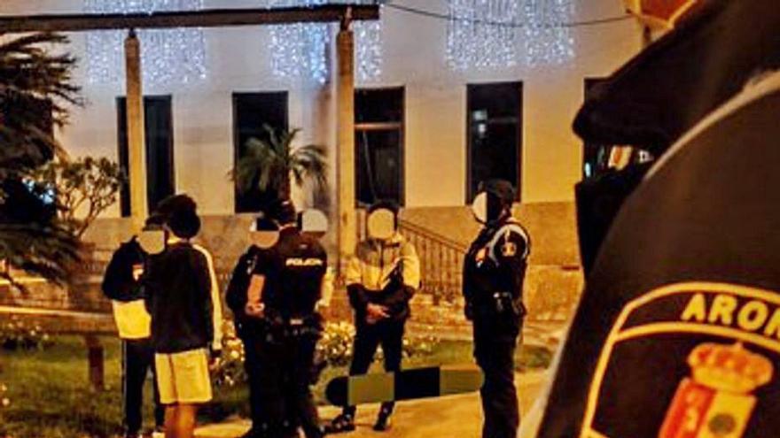 Agentes intervienen en una 'quedada' de 20 menores en el centro de Los Cristianos
