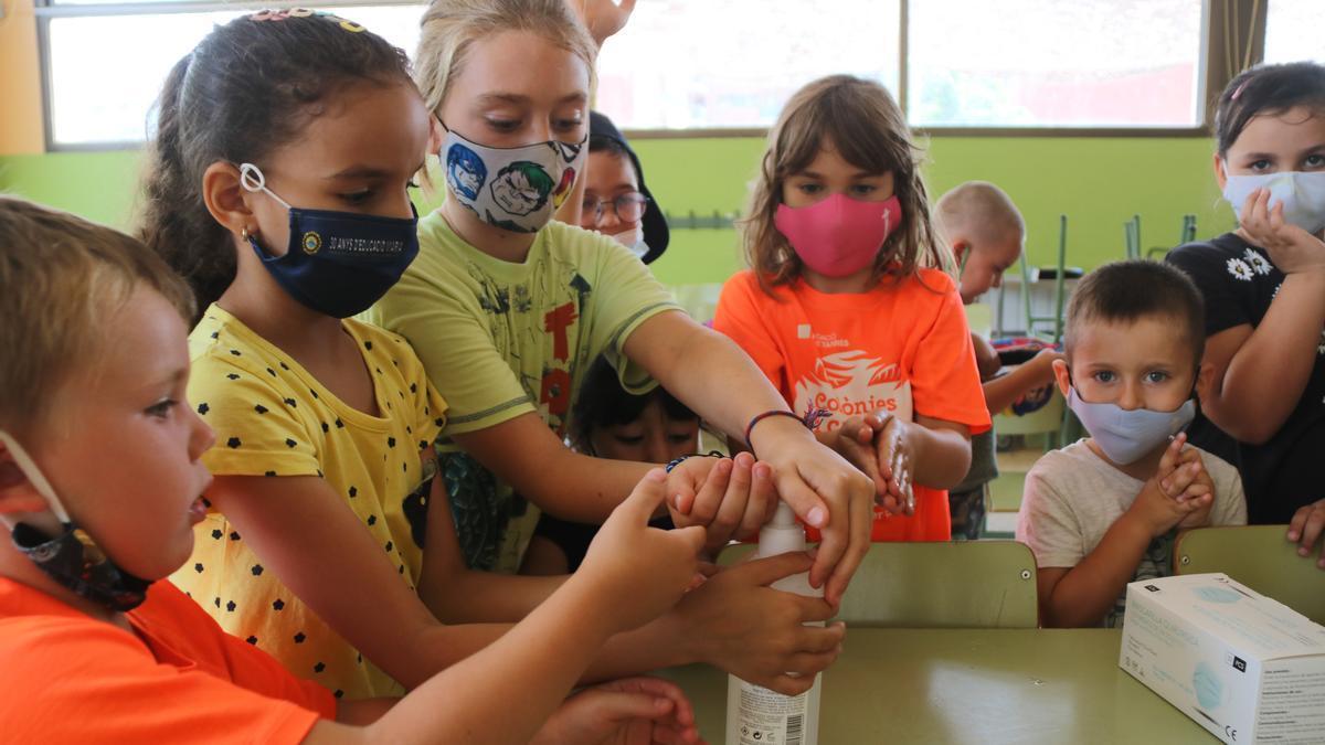 Pla mig dels infants del casal d'estiu de la Fundació Pere Tarrés a Torredembarra rentant-se les mans. Foto del 28 de juny de 2021 (Horitzontal)