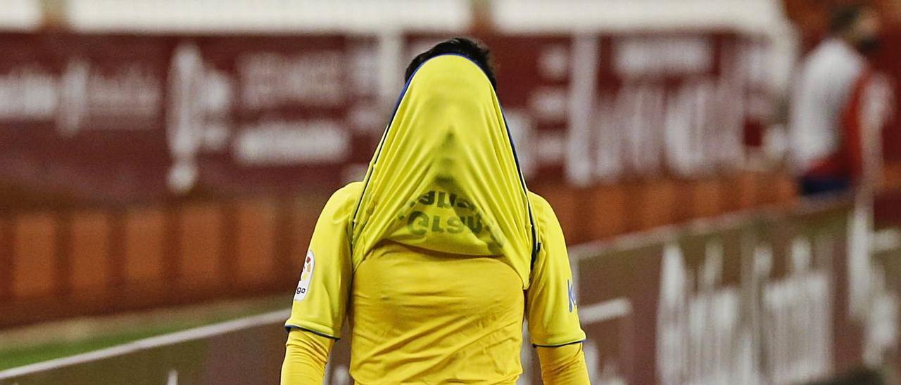 El centrocampista de Ingenio Fabio González, con el rostro tapado, abandona el terreno en el 68' para dar entrada a Ruiz.
