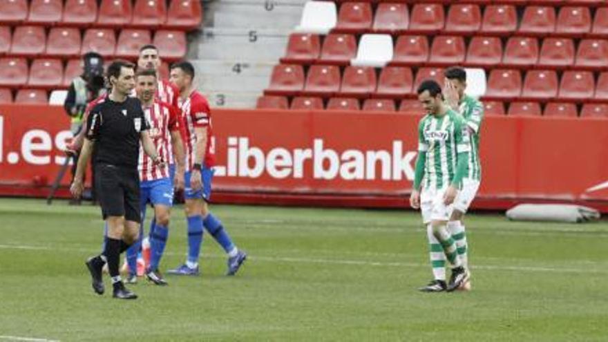 Las jugadas polémicas de De Burgos Bengoetxea con el Sporting