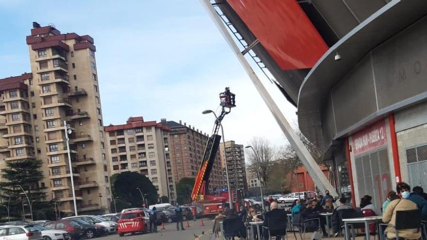 Intervención de bomberos en la fachada de El Molinón por el vendaval