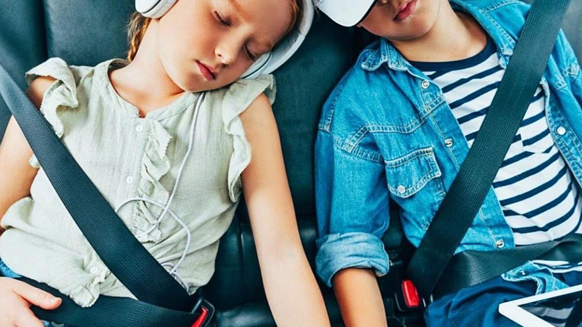 Viajar en coche con niños puedes ser una auténtica pesadilla para los padres si éstos se aburren y empiezan a desesperarse.