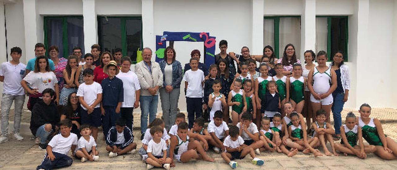 Alumnos y profesores del colegio de La Graciosa junto a la consejera de Educación del Gobierno de Canarias, Soledad Monzón (en el centro).