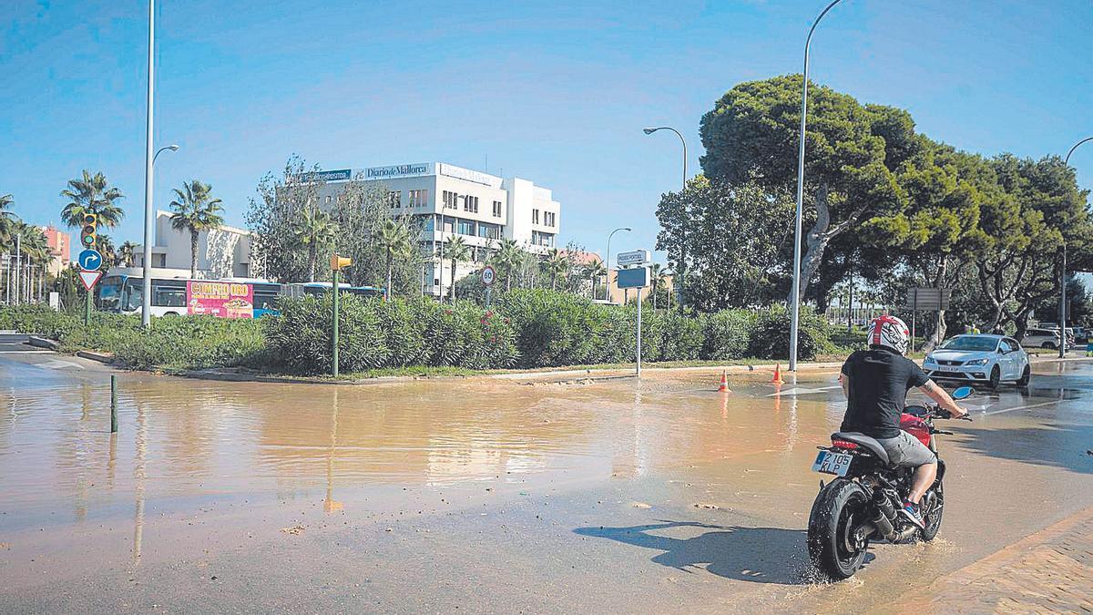 El vertido de aguas residuales cubrió parte de la calzada y del paso de peatones.