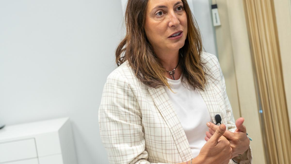 La secretaria general del PP andaluz, Loles López, durante la entrevista.