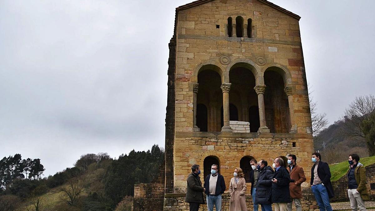 Miembros del PP, ayer, reunidos a los pies de Santa María del Naranco.   LNE