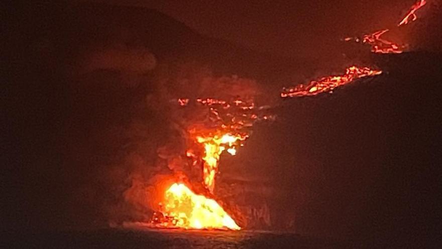 La lava del volcán de La Palma desemboca en el mar por Tazacorte