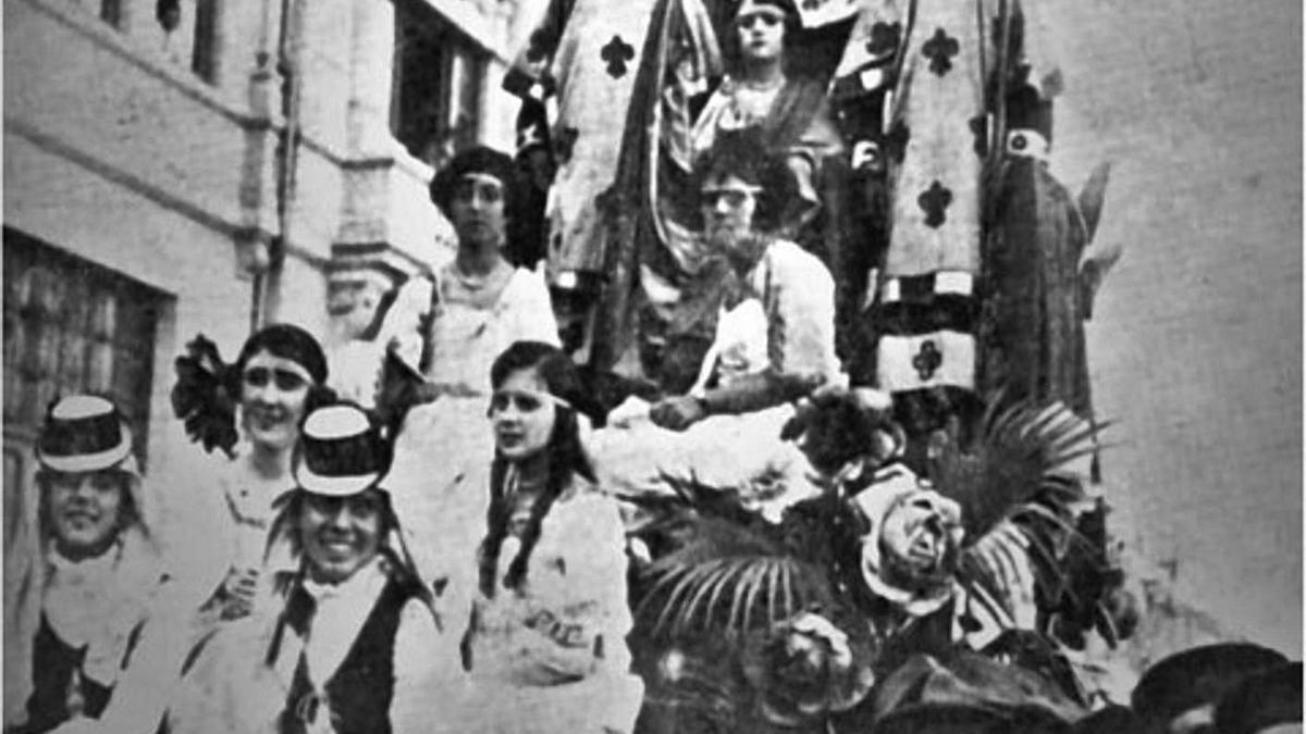 Marineros junto a una carroza en las fiestas de 1894.