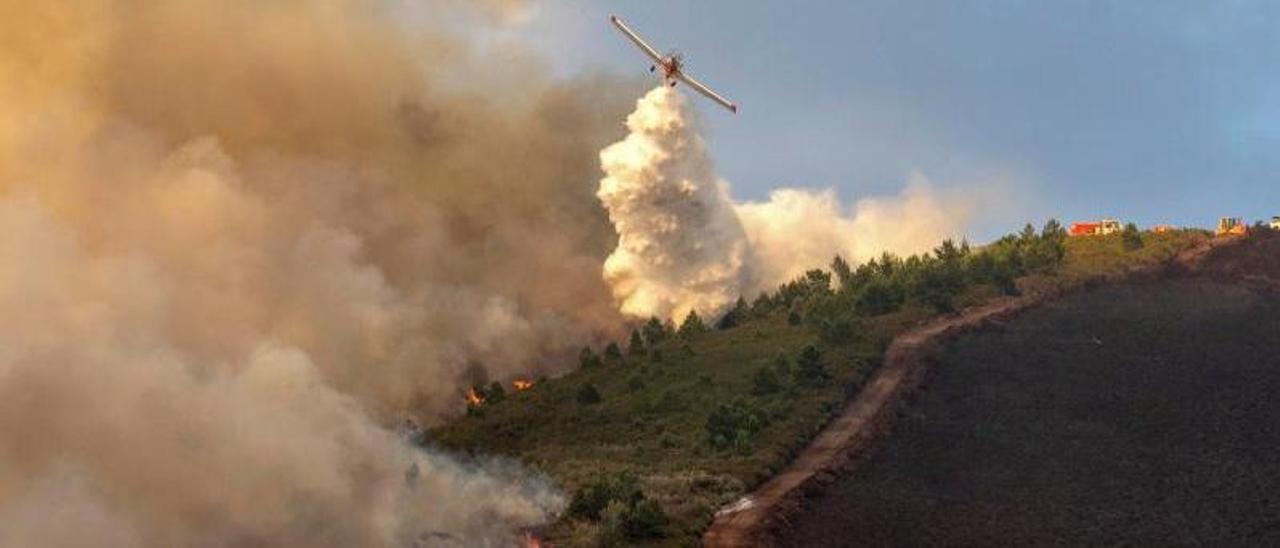 Un avión realiza una descarga de agua en el incendio de Folgoso do Courel (Lugo). |   // EFE