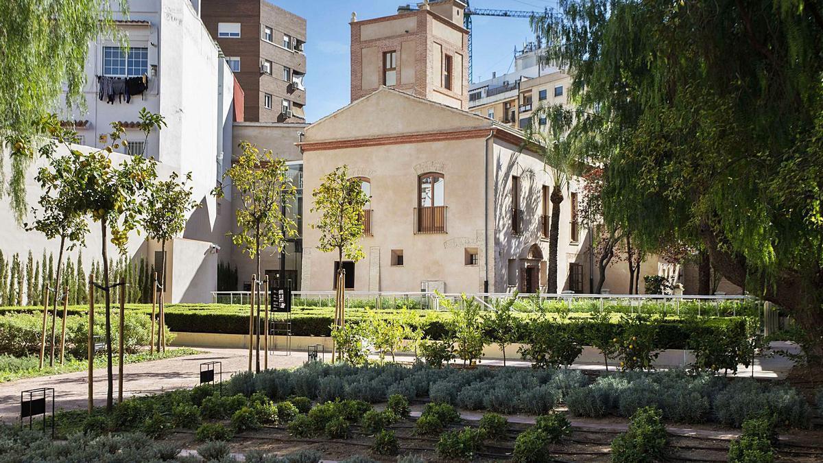 Panorámica de la alquería en la calle Democracia, y el  jardín con la glorieta y el laberinto romántico. | GERMAN CABALLERO