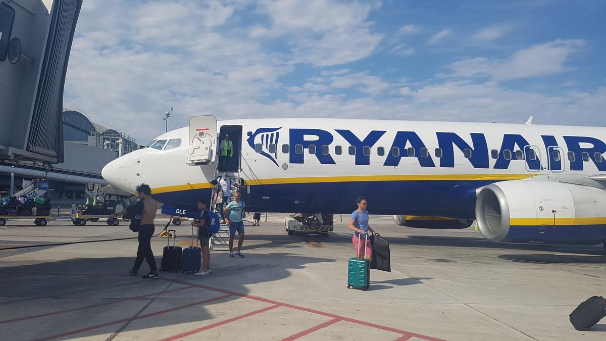 Pasajeros desembarcando de un avión de Ryanair en una imagen de archivo