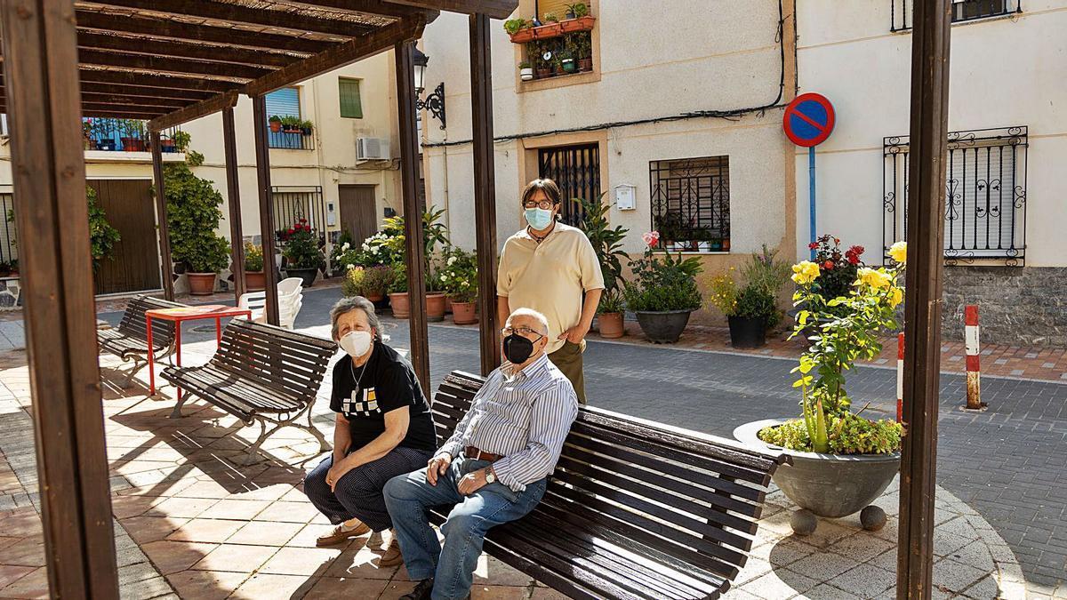 Alfonso Giménez, vecino de Singla, junto a sus padres. Todos están vacunados ya, como la mayoría de la población de la pedanía.   ENRIQUE SOLER
