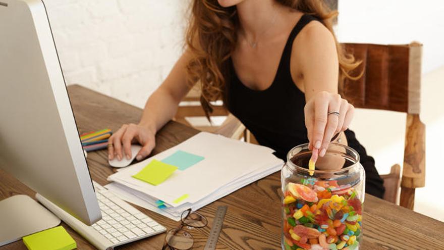 Así puedes perder peso mientras trabajas