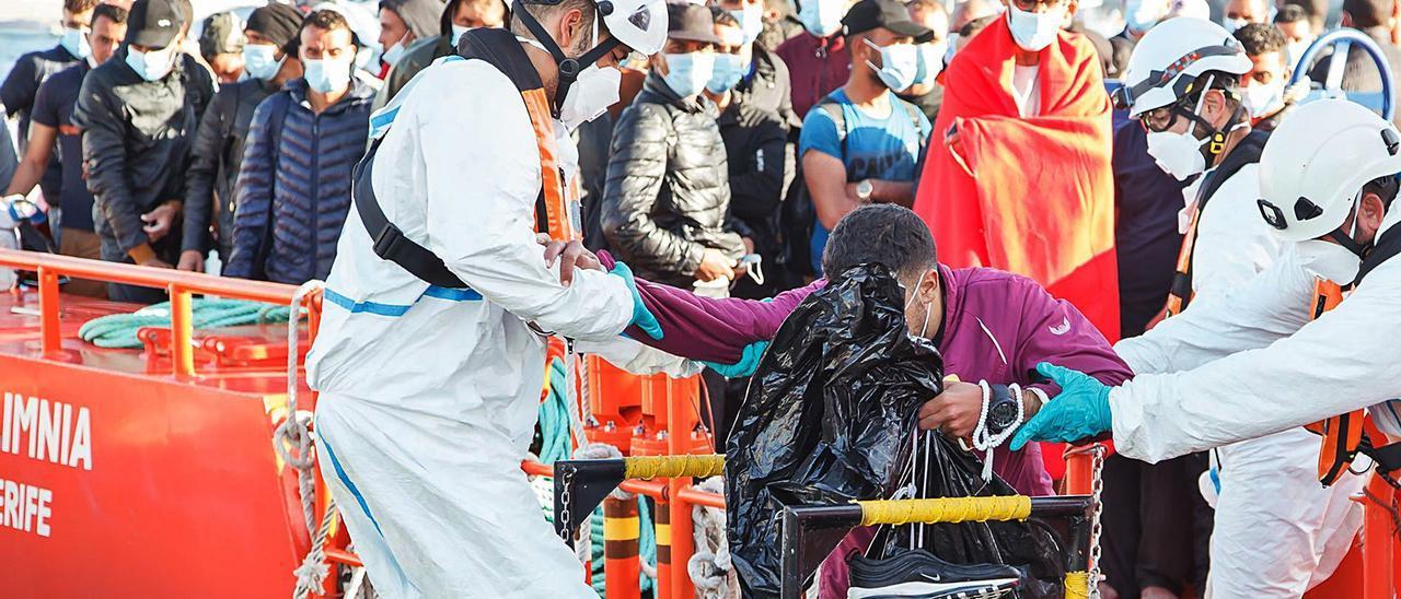 Imagen de archivo de personal de Cruz Roja ayudando a los migrantes llegados en una patera