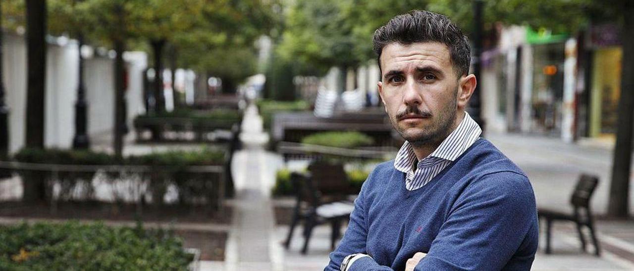 Diego Baeza, propietario del Avilés, el pasado viernes en el paseo de Begoña de Gijón.
