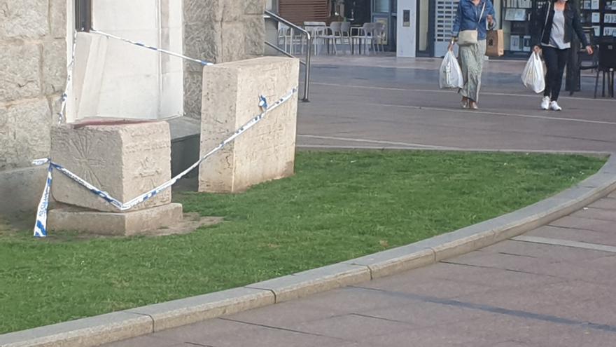 Precintan los monolitos franquistas de La Gesta de Oviedo tras mancharse unos niños cuando jugaban sobre ellos