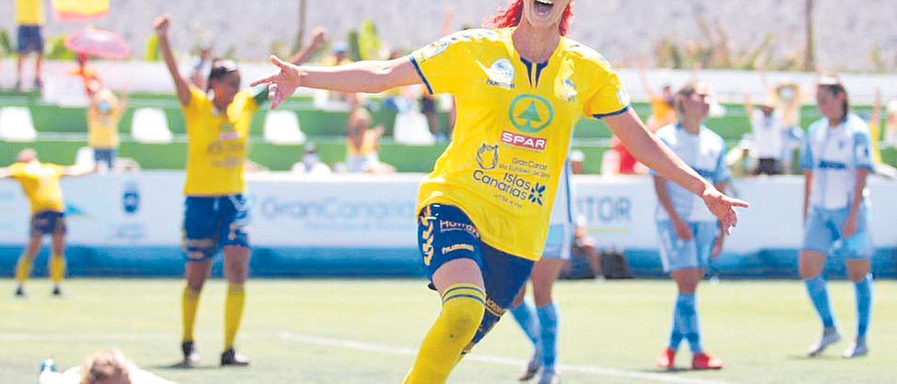 La amarilla Astrid celebra uno de los dos goles que marcó ayer al Málaga ante la impotencia de la portera visitante.
