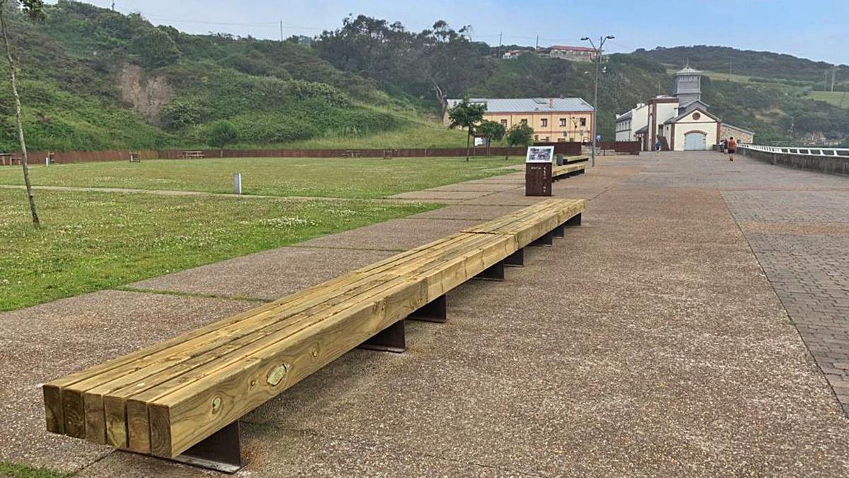 Bancos nuevos para el área verde de la playa de Arnao |
