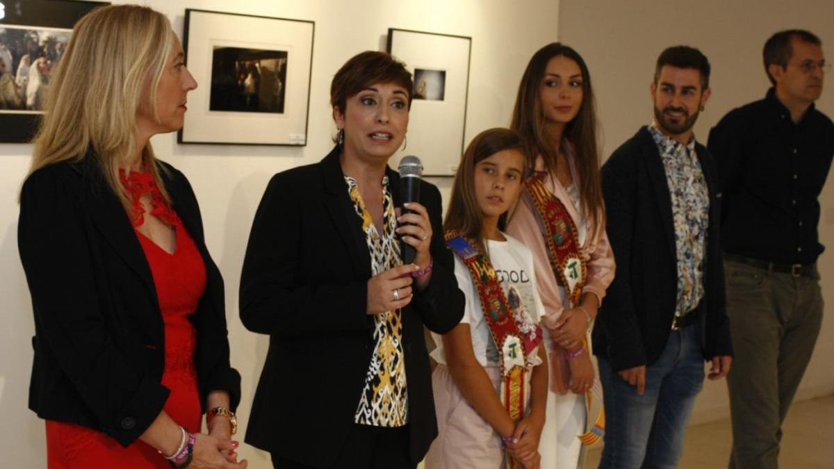 La alcaldesa y las festeras en la inauguración de la exposición de fotografías de la Fira de 2019