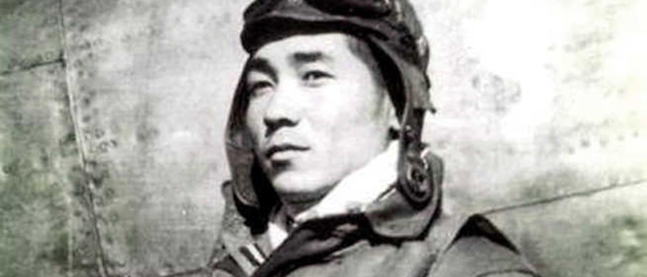 Shinichi Ishimaru, vestido con el uniforme de piloto.
