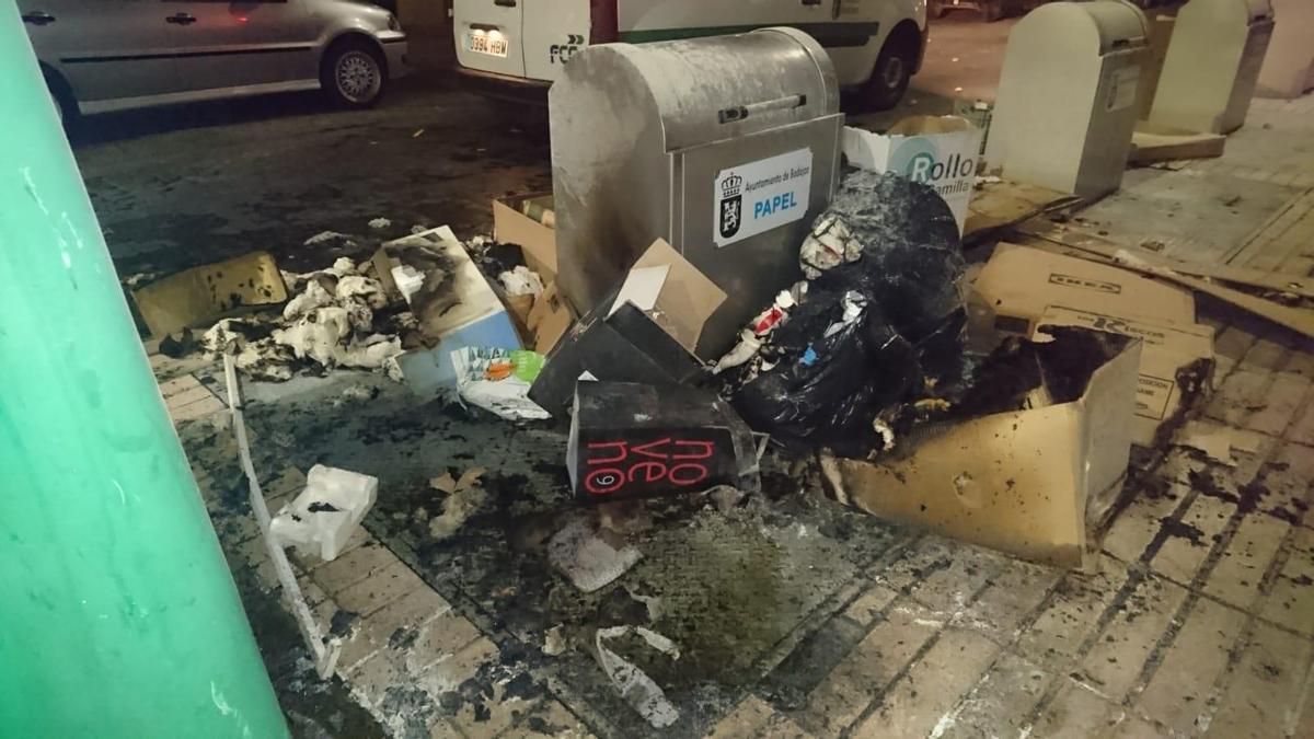 Contenedor soterrado de Ricardo Fernández Lapuente, sobre el que se volcó basura para penderle fuego.