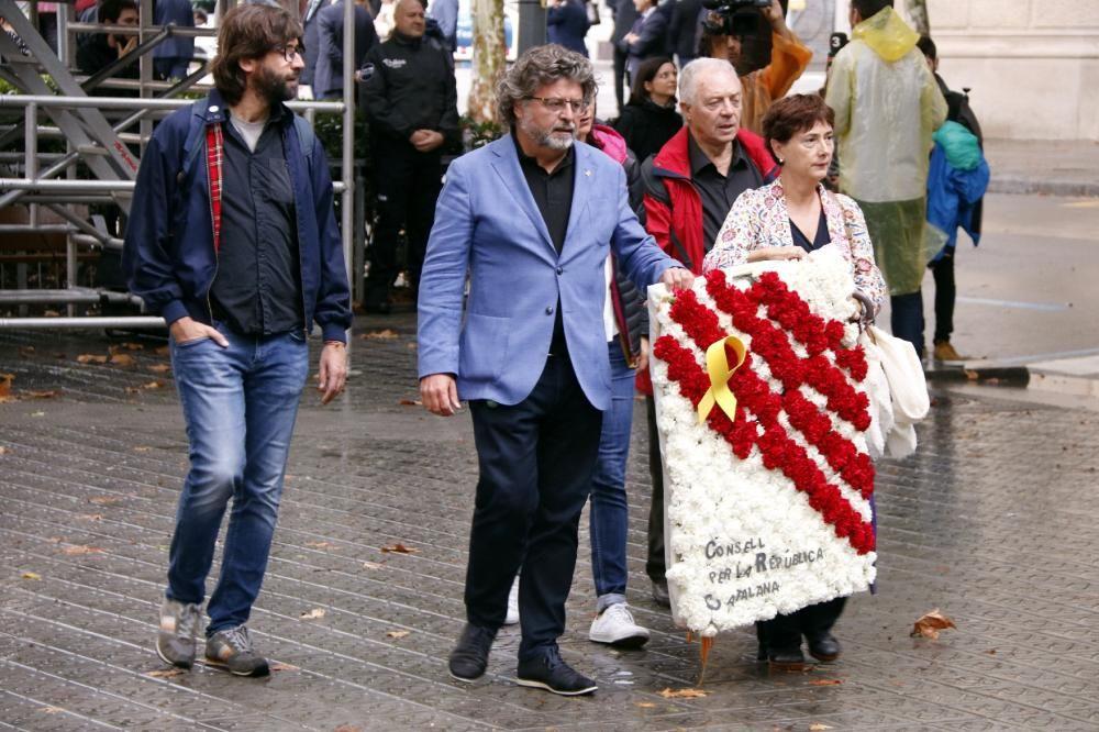 Les ofrenes florals al monument a Rafael Casanova