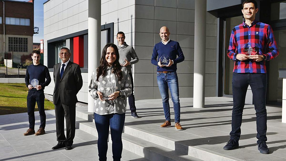 En primera fila, de izquierda a derecha, Diego Valdés, José Manuel Suárez y Eliana Fernández. Detrás, Israel  Bárcena, Pablo González Fuertes y Eduardo García, en la sede de la Federación Asturiana.  