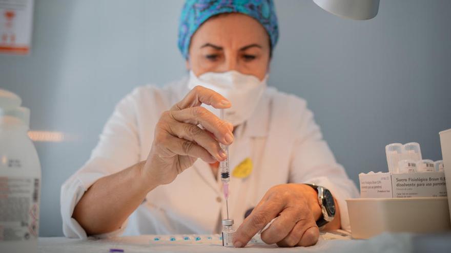 Pfizer reduce la entrega de vacunas a Europa para incrementar la producción