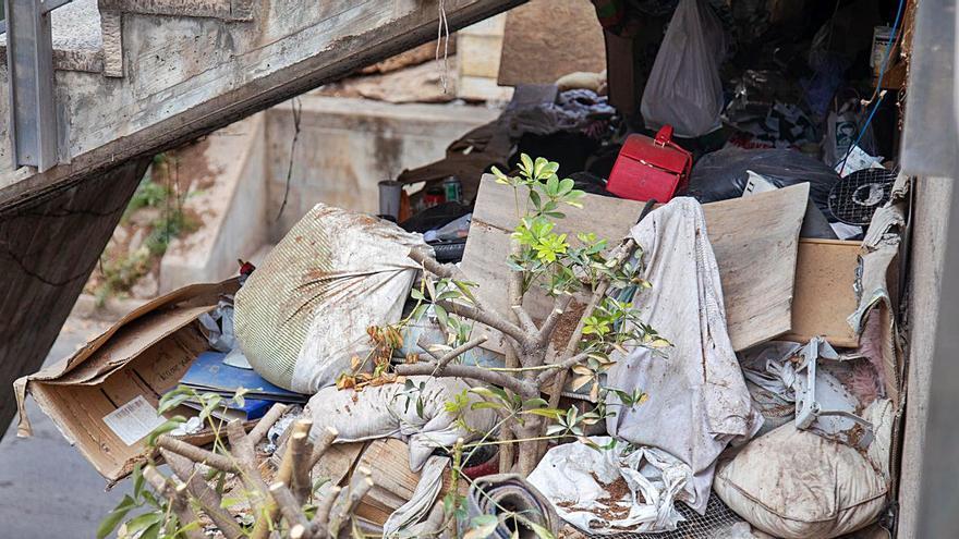 Emaya retirará la basura acumulada bajo las escaleras de la plaza Major