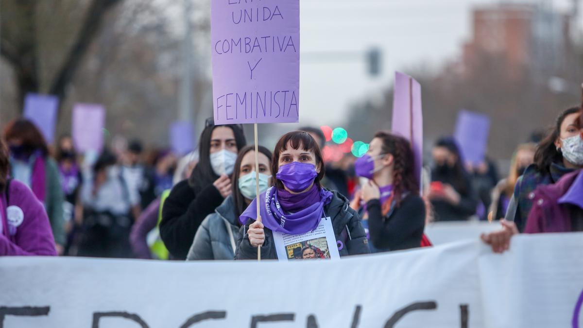 Una marcha y batukada feminista en el CIE de Aluche.