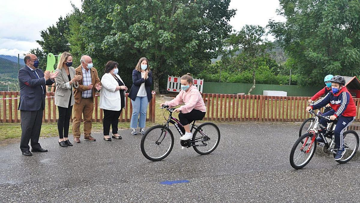 Unos niños disfrutan de las bicicletas durante el recreo en el colegio Curros Enríquez de Pazos.     // FDV