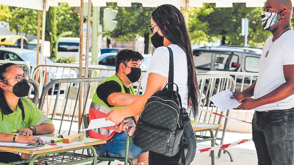 Una joven acude a vacunarse al Palacio de Congresos de Cáceres.