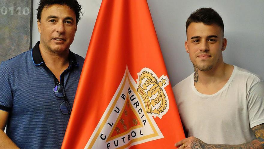La desesperación de Quique Pina por llegar al Real Murcia le lleva a jugar a dos bandas