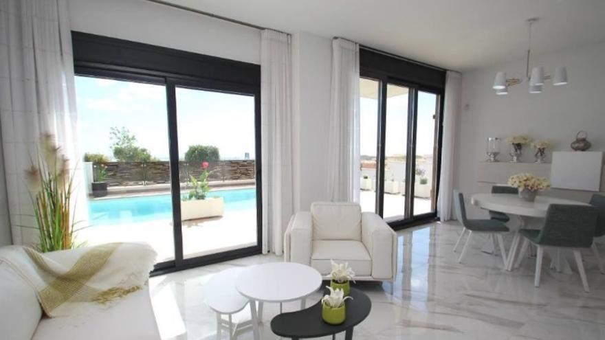 Disfruta del placer de vivir en Orihuela Costa con las siguientes casas en venta