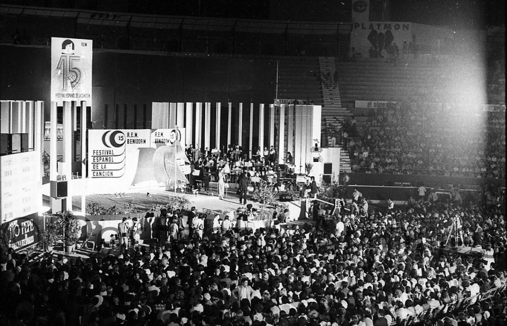 ESCENARIO EN LA PLAZA DE TOROS DEL XV FESTIVAL DE LA CANCIÓN. 1975.