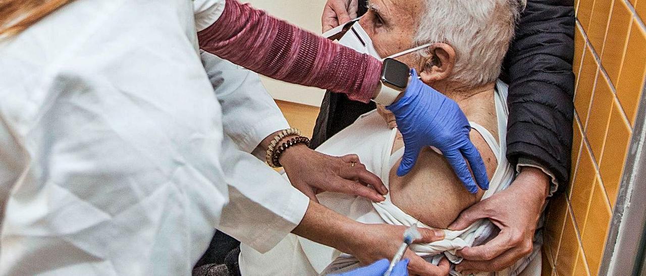 Vacunación a mayores de 80 años, en imagen de archivo.