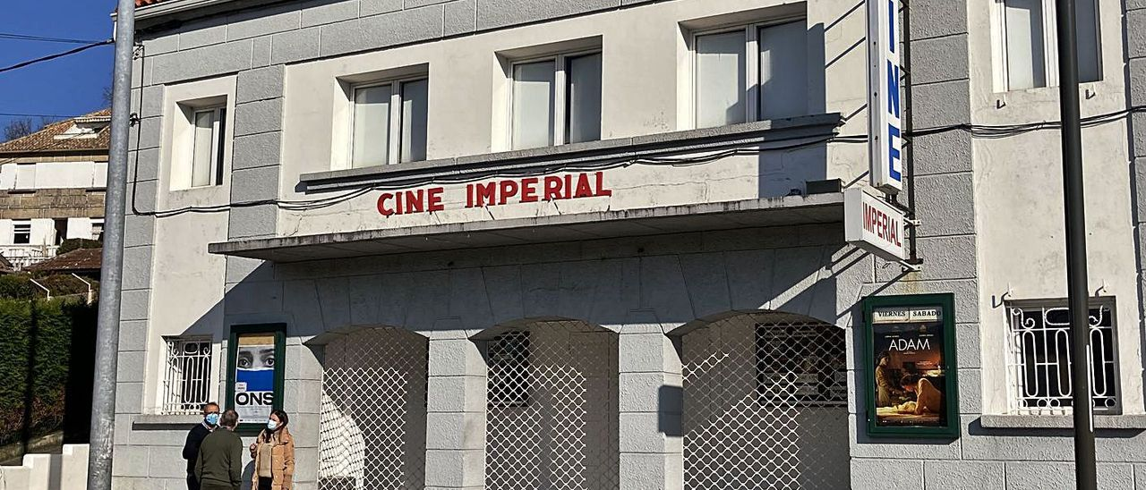 Visita del alcalde de Nigrán, Juan González, al Cine Imperial de A Ramallosa.   | // FDV