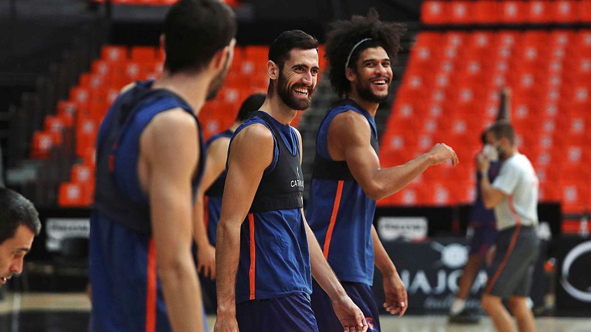 Los jugadores del Valencia Basket, durante el entrenamiento de ayer en La Fonteta.