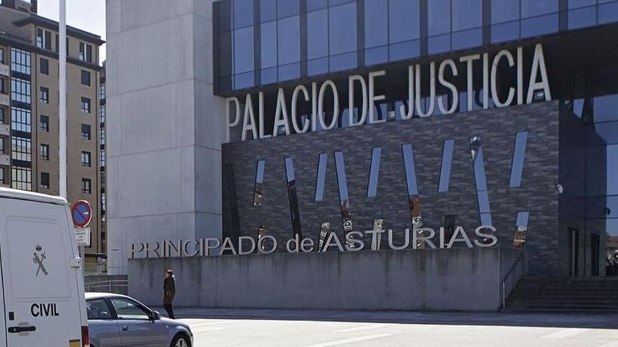 Multado con 7.000 euros por no parar un abuso sexual en su bar de Gijón